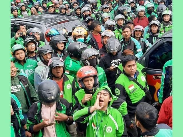 Imbas Covid-19 Sudah Mencekik, Ribuan Ojol di Bandung Demo