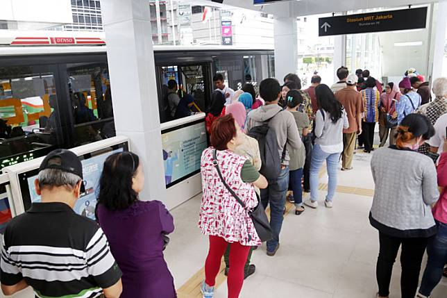 Get in line: People wait at an MRT station integrated with a Transjakarta shelter at the Hotel Indonesia traffic circle in Jakarta.