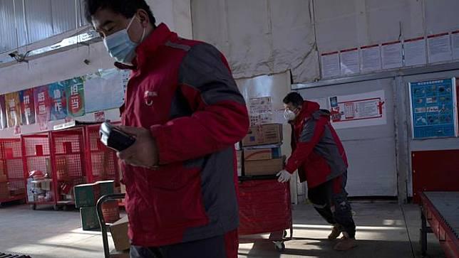 Kesibukan Kurir Paket China di Tengah Wabah Virus Corona