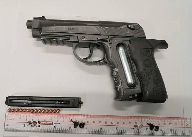 檢獲的仿製槍及鋼珠。