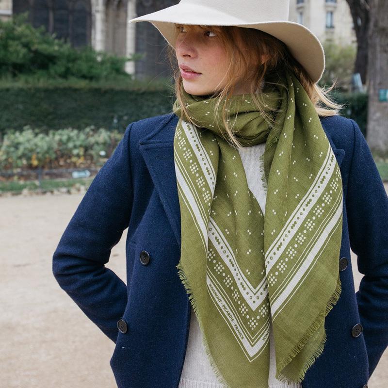 圍巾。圍巾是生活中最好的朋友,它是頸間最溫柔的裝飾,也是包包裡最舒適的配件;透過圍巾讓人們的情感緊緊相繫。 MOISMONT 將法式優雅品味設計,與印度優良紡織技術集於一身,設計以幾何圖案貫穿,並在顏