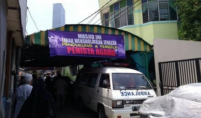 Sebuah masjid di Jakarta yang dikabarkan menolak untuk menyalatkan jenazah Muslim yang mendukung salah satu cagub. Foto dari Twitter