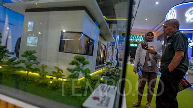 Pengunjung melihat maket perumahan di pameran REI Mandiri Property Expo 2018 di JCC, Jakarta, Senin, 19 November 2018. Kegiatan yang diselenggarakan oleh Perusahaan Realestat Indonesia bekerja sama dengan Bank Mandiri ini menawarkan berbagai promo rumah bersubsidi. TEMPO/Tony Hartawan