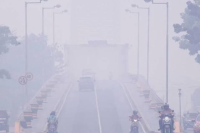 Ilustrasi lalu lintas di daerah yang terkena asap Karhutla.