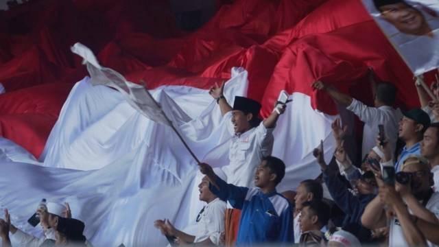 Massa kampanye akbar Prabowo-Sandi membentangkan bendera merah putih di Stadion Gelora Bung Karno Foto: Irfan Adi Saputra/kumparan