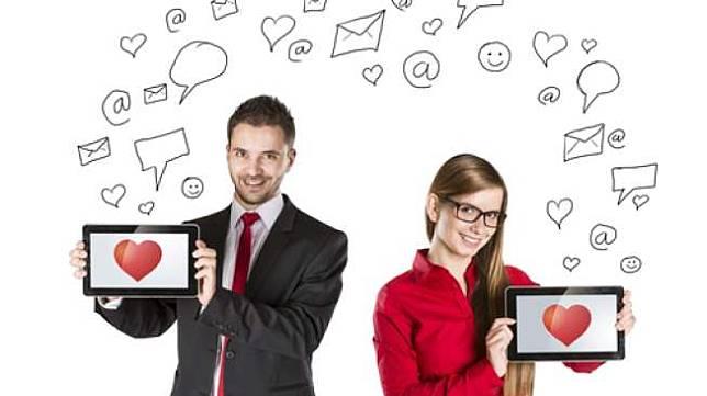 Ilustrasi kencan online. [Shutterstock, perwakilan Bumble mengatakan, perusahaan sepenuhnya mengandalkan kejujuran para pengguna dalam memverifikasi keaslian keterangan mereka sudah divaksin.</p><p>Bumble akhirnya menambahkan fitur itu setelah sebuah survei mengungkapkan bahwa ada kenaikan 45 persen pengguna yang mau berkencan kalau sudah divaksin.</p><p>Tak hanya di Australia, aplikasi kencan mendorong para penggunanya untuk mengumumkan status vaksinasi mereka.</p><p>Di Amerika Serikat, Gedung Putih menggandeng Tinder, Hinge dan OKCupid memungkinkan pengguna menyetel status vaksinasi dengan fitur premium.</p><figure class=
