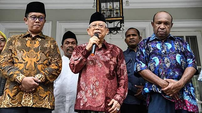 Wakil Presiden terpilih Maruf Amin (tengah) bersama Ketua Perwakilan Pendeta Papua Richard Tonjau (kanan) dan Ketua Gerakan Nasionalis Religius Bobby S. Hendrawan (kiri) memberikan keterangan kepada awak media usai melakukan pertemuan di Jakarta, Kamis, 5 September 2019. Pertemuan tersebut dalam rangka membahas terkait kondisi di Papua dan Papua Barat beberapa hari terakhir. ANTARA