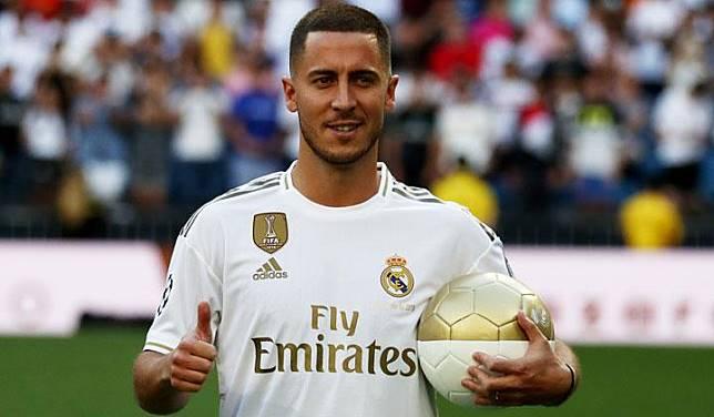 Pemain baru Real Madrid, Eden Hazard berpose saat diperkenalkan di Santiago Bernabeu, Madrid, 13 Juni 2019. REUTERS/Sergio Perez