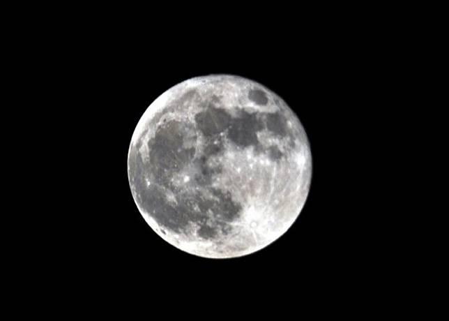 「超級月亮」出現,單憑肉眼可清楚看到月球表面的坑洞及陰影。