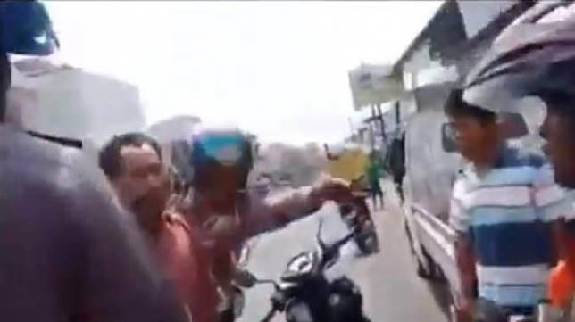 Polisi yang dicerca warga karena menghadang pemotor hingga jatuh. (Facebook/Woko Saputra)
