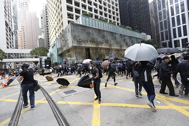 警方開始驅散行動,示威者四散。(黃偉邦攝)