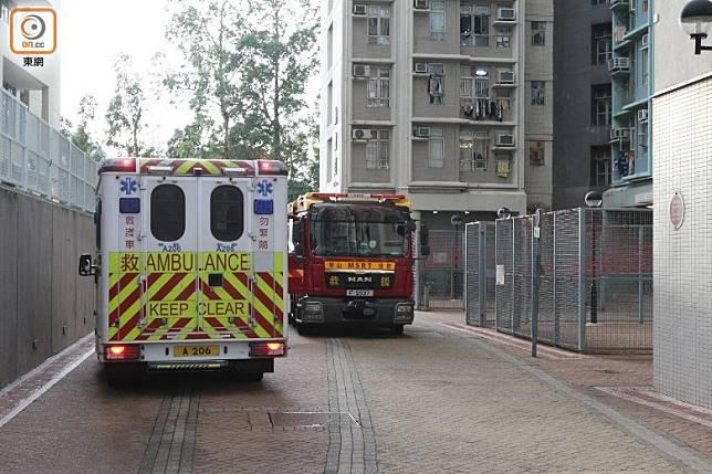 消防及救護車到場戒備。(袁以諾攝)