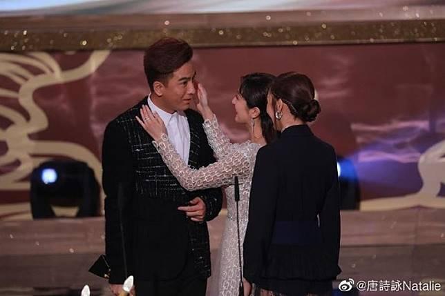 唐詩詠在微博發放兩張頒獎台上的照片,其中一張伸手輕撫他的臉。