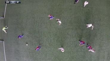 讓足球員用俯瞰視野踢球 結果守門員根本是天才...