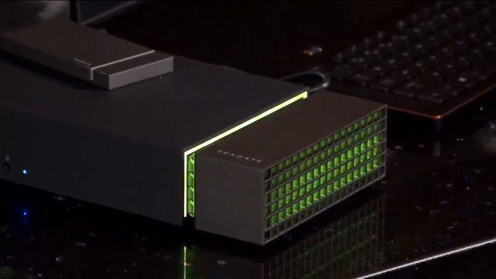 RGB 燈光的設計,符合主流市場電競周邊的風格。