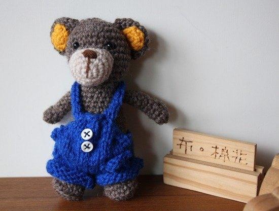 布棉花100%獨家的毛線娃娃。穿著深藍色吊帶褲的可愛小熊 吊帶褲是棒針鉤打