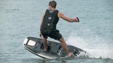AWAKE RAVIK S 電動衝浪板 讓你在水上飆出 56kph 高速