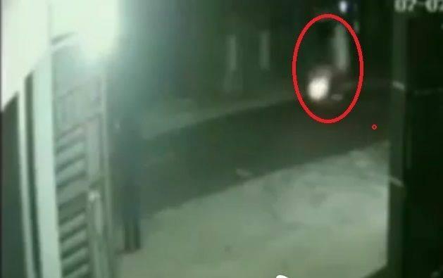 Rekaman CCTV menangkap pocong naik motor