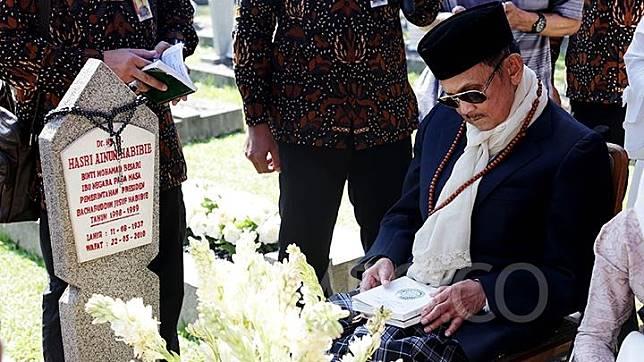 Presiden ke-3 Republik Indonesia BJ Habibie membacakan doa saat ziarah ke makam istrinya Hasri Ainun Habibie di Taman Makam Pahlawan (TMP) Kalibata, Jakarta Selatan, Rabu 5 Juni 2019. Ziarah tersebut dilakukan dalam rangka hari Raya Idul Fitri 1440. TEMPO/M Taufan Rengganis