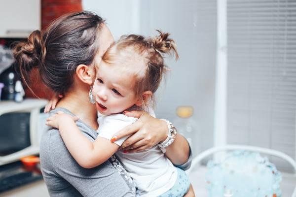 Saat Anak Tidak Mau Lepas dari Ibunya, Mesti Bagaimana?