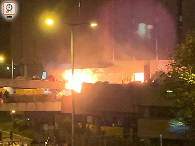 行人天橋上發生猛烈爆炸。(陳家明攝)