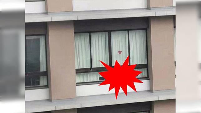 網友在窗邊驚見男人。圖/翻攝自爆廢公社