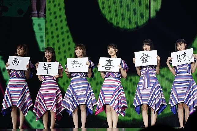 05 乃木坂46 在演唱〈性急的蝸牛〉時帶上「新年恭喜發財」的背板給予歌迷最應景的祝賀