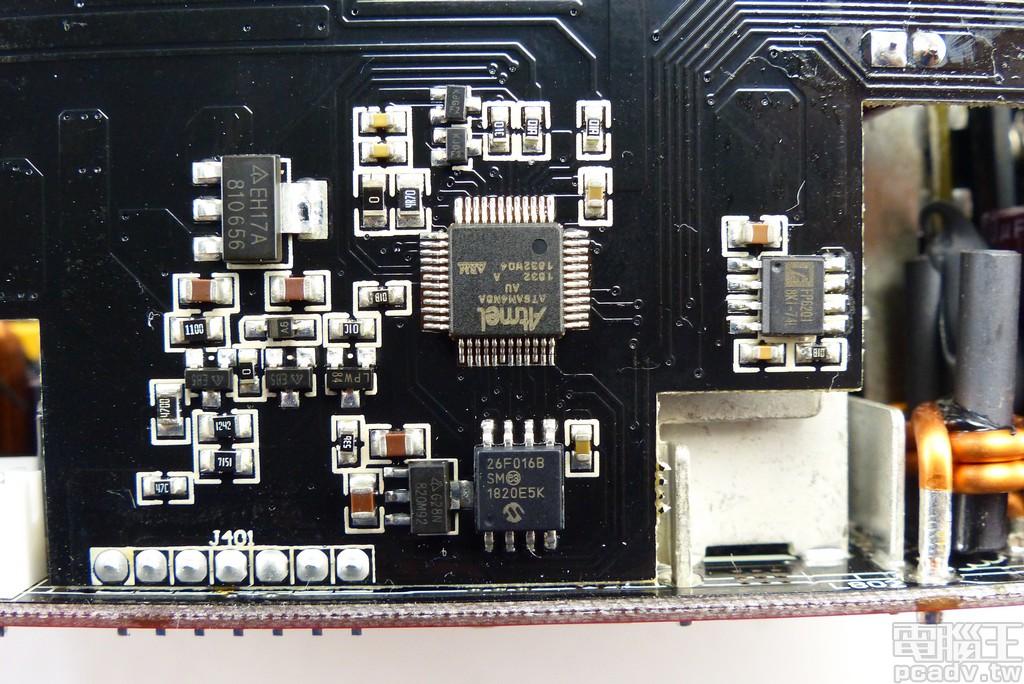 子電路板尚有 Atmel(已被 Microchip 收購) ATSAM4N8A Cortex-M4 微控制器,負責電流感應 IC 輸出數值 AD 轉換判讀與控制 OLED
