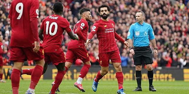 Skuad Liverpool merayakan gol Mohamed Salah ke gawang Bournemouth. (c) AP Photo