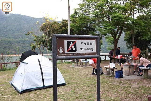 有市民在「不准露營」地點紮營。