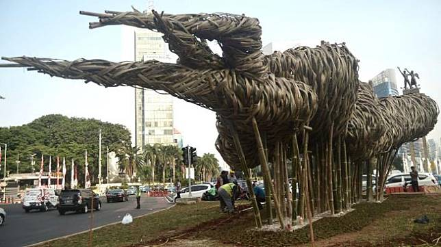 Pemprov DKI Jakarta memasang karya seni tersebut untuk memperindah Jakarta dalam rangka menyambut Asian Games 2018. [Suara.com/Muhaimin A Untung]