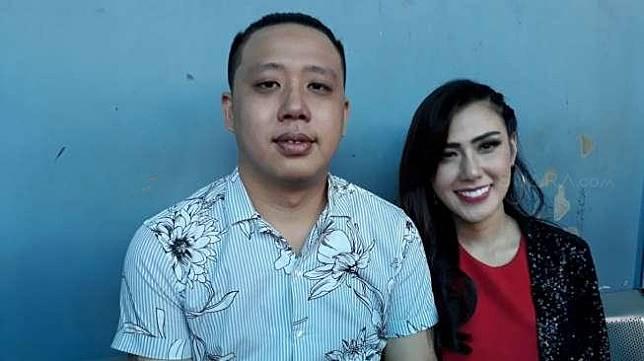 Rey Utami dan suaminya, Pablo Putera Benua ditemui di kawasan Tendean, Jakarta Selatan, Rabu (8/11/2017) [suara.com/Ismail]