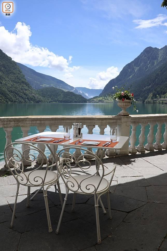 湖邊的酒店有餐廳讓人邊賞湖景,邊歎美食。