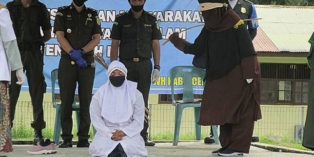 Sebelum Tumbang di Tangan Algojo Cambuk, Pria Ini Ditangkap Berzina di Bengkel