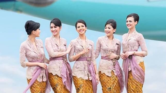 Pramugari Garuda Indonesia pakai kebaya Anne Avantie. (Instagram/@anneavantieheart)