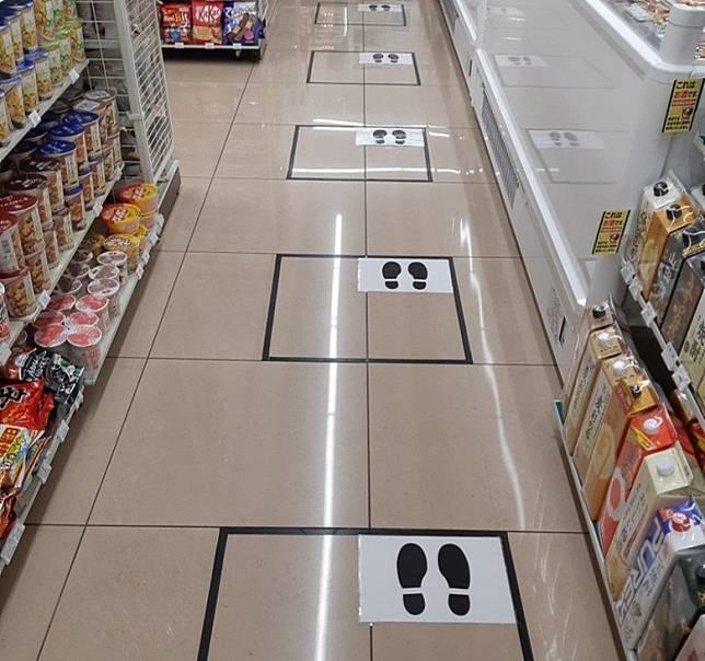 排隊付款要依照地下嘅圖案指示,與前後隔一個人嘅距離。(互聯網)