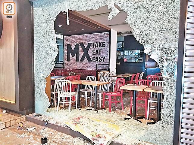 示威活動持續半年仍未有平息,有食肆遭嚴重破壞。