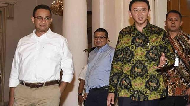 Anies Baswedan dan Basuki Tjahaja Purnama atau Ahok nertemu di Balai Kota, Jakarta, Kamis (20/4).