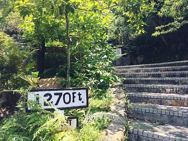 沿路不乏路牌標示身處海拔高度(1,270尺約等於387米)。