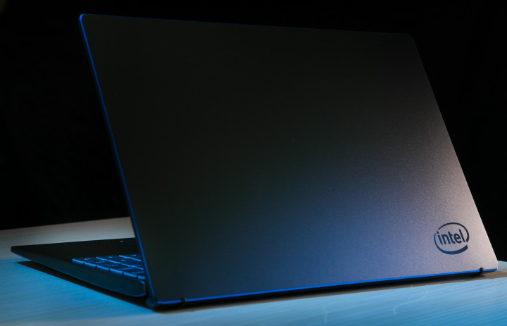 從官方照片中可以看到鑽石切邊閃爍著漂亮的藍色光芒。