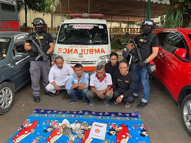 Lima orang tersangka kasus ambulans berisi batu disangkakan Pasal 55, 56, 170, 212 dan 214 Kitab Undang-undang Hukum Pidana (KUHP) dengan a