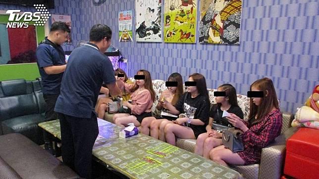 嘉義縣專勤隊日前查獲越南籍女子非法打工陪酒坐檯。(圖/TVBS)