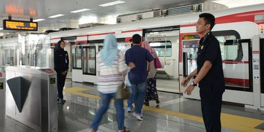 Uji Coba LRT Untuk Publik. ©2019 Merdeka.com/Imam Buhori