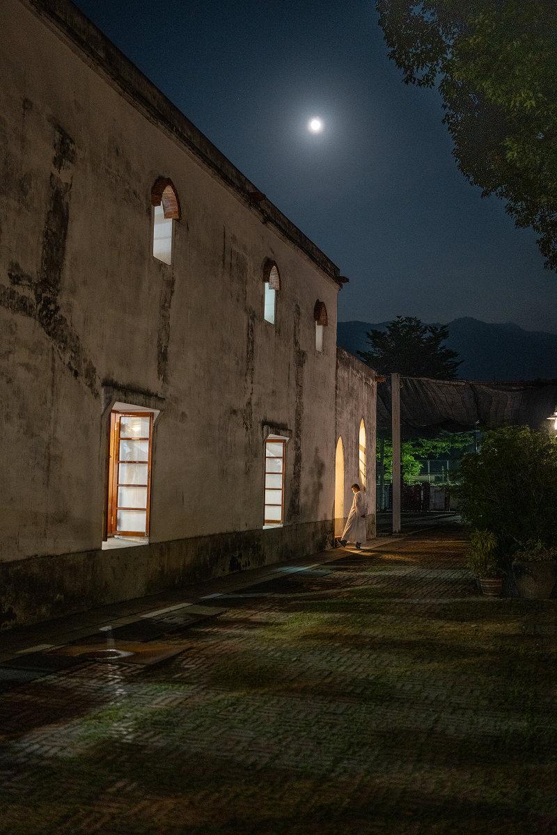 月光下的萬金聖母聖殿側面,透過 SEL35F14GM 最大光圈的捕捉,包括牆面與地磚以及神職人員服裝上的紋理依然清晰可辨。(Sony α7R IV + FE 35mm F1.4 GM,F1.4、1/40s、ISO 2500)