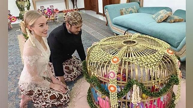 Varsha Strauss dan Panji Trihatmodjo saat menggelar upacara tedak siten, Instagram.com/@varshaadhikumoro