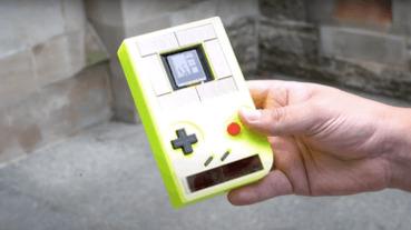 只吃太陽能跟按鈕動能,科學家做了一台不用電池的 GameBoy
