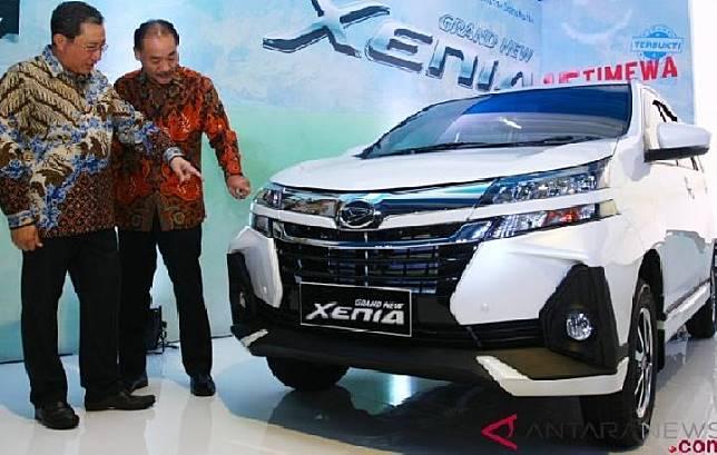 Presiden Direktur PT Astra Daihatsu Motor Tetsuo Miura (kanan) bersama Deputy Chief Executive Officer Supranoto (kiri) menunjukkan bagian dari mobil Daihatsu Grand New Xenia kepada media saat diluncurkan di Serpong, Tangerang, Banten, Selasa 15 Januari 2019. Sumber: antara