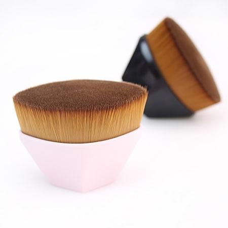 為亞洲人訂做的粉底刷,能緊密貼合肌膚。n可大面積快速上妝,贈送專用收納盒一個。