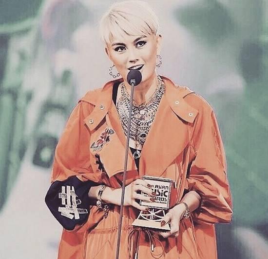 (Kemenangan Agnez Mo sebagai Best Asian Artist di MAMA 2017. Foto: Instagram/@agnezmo)