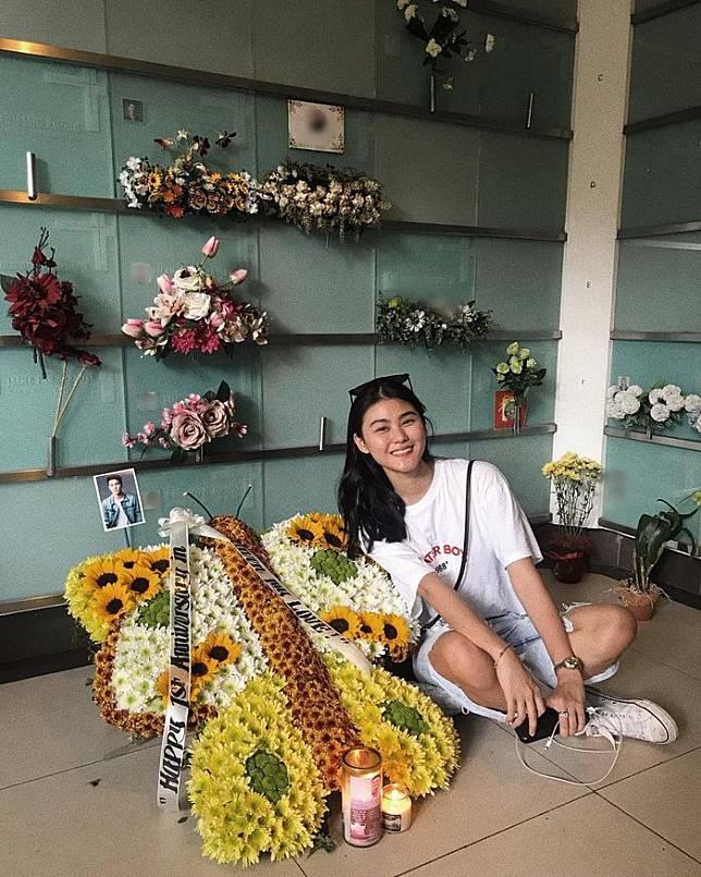 Janica rutin mengunjungi makam suaminya